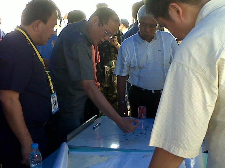 President Benigno S. Aquino III presides over a briefing for the rescue operations launched in search of Secretary of the Interior and Local Government Jesse Robredo. (Photo from Official Gazette of the Republic of the Philippines)