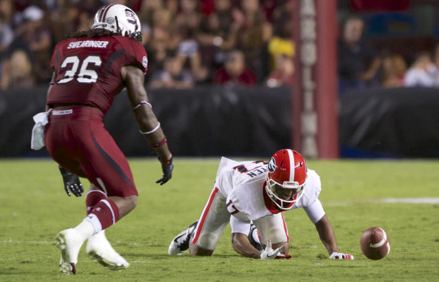 Georgia flanker Rantavious Wooten, right drops a pass from quarterback Aaron Murray as South Carolina free safety D.J. Swearinger, left, looks on during the second quarter of an NCAA college football game at Williams-Brice Stadium in Columbia, S.C., Saturday, Oct. 6, 2012. (AP Photo/Brett Flashnick)