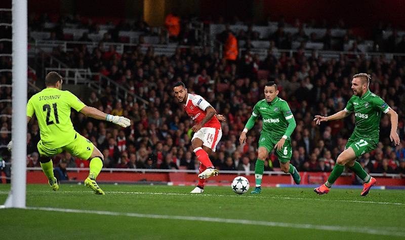 Arsenal's midfielder Theo Walcott (C) attempts to cross the ball to Arsenal's striker Alexis Sanchez during the UEFA Champions League Group A football match between Arsenal and Ludogorets Razgrad at The Emirates Stadium in London on October 19, 2016 (AFP Photo/Ben Stansall)