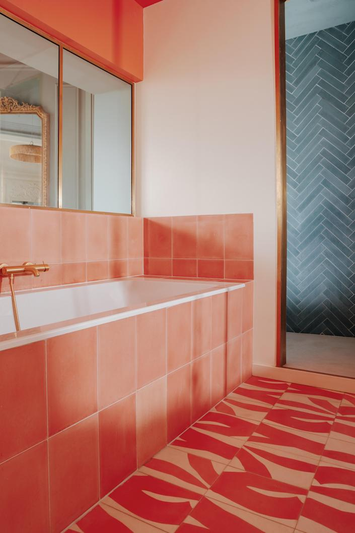 The main bathroom was adorned with Kelly and Unis tiles by Popham Design (colors Flamingo and Milk). The shower is made with waxed concrete from Mercadier.