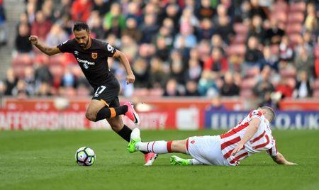 Britain Soccer Football - Stoke City v Hull City - Premier League - bet365 Stadium - 15/4/17 Stoke City's Ryan Shawcross in action with Hull City's Ahmed Elmohamady Reuters / Anthony Devlin Livepic
