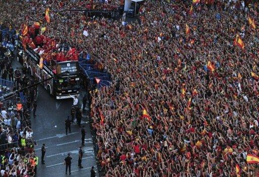 The Spanish national football team arrives on Cibeles Square after parading through Madrid