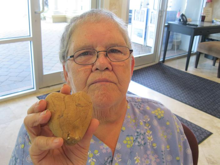 """Sally Colburn holds a heart-shaped potato that she found. (Wendy Victora / <a href=""""http://www.nwfdailynews.com/local/woman-receives-message-from-the-beyond-from-husband-1.184125?page=1"""" rel=""""nofollow noopener"""" target=""""_blank"""" data-ylk=""""slk:Northwest Florida Daily News"""" class=""""link rapid-noclick-resp"""">Northwest Florida Daily News</a>)"""
