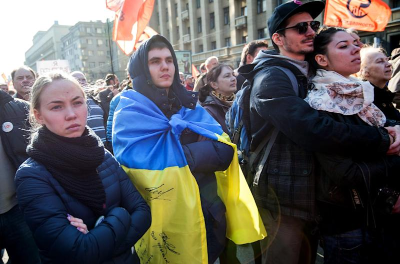 Russian opposition activists, one of them wearing a Ukrainan flag, rally in support of freedom of press in central Moscow, on April 13, 2014 (AFP Photo/Anatoly Tanin)