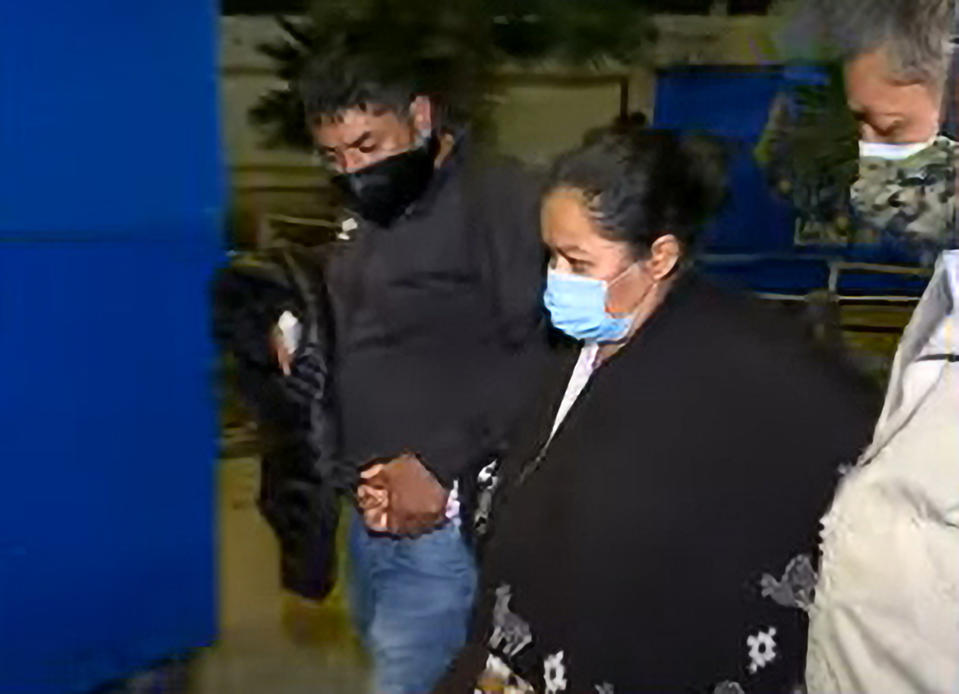 The couple are pictured holding hands while wearing coronavirus face masks. Source: RealPress/Australscope