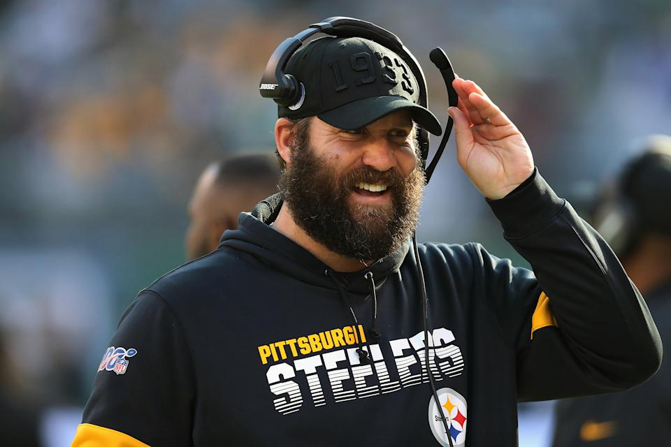 EAST RUTHERFORD, NEW JERSEY - DECEMBER 22: Quarterback Ben Roethlisberger #7 of the Pittsburgh Steelers comminicates on the bench during the game against the New York Jets in the first half at MetLife Stadium on December 22, 2019 in East Rutherford, New Jersey.(Photo by Al Pereira/Getty Images)
