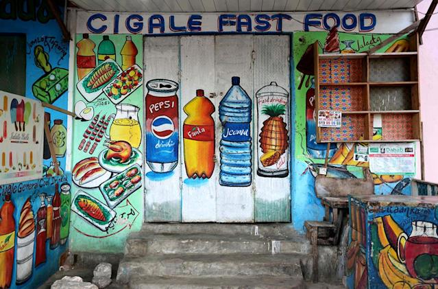 <p>A mural on the wall of a fast food store illustrates food and drinks in Wabari district of Mogadishu, Somalia, June 8, 2017. (Photo: Feisal Omar/Reuters) </p>