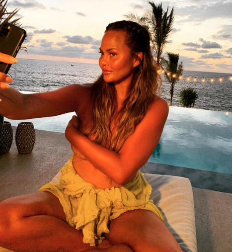 Photo Chrissy Teigen topless Instagram