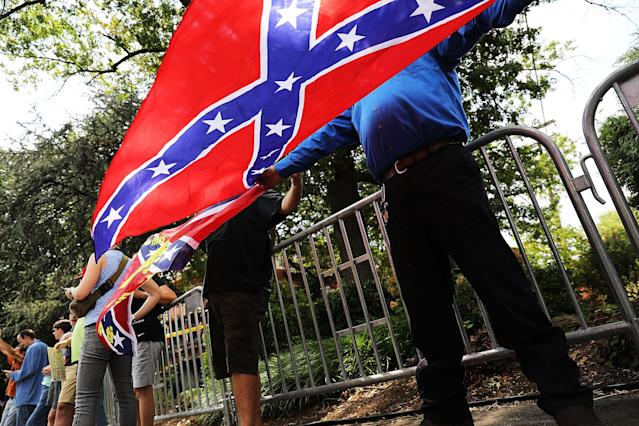 <p>A small number of pro-confederate supporters face off against hundreds of demonstrators against a Confederate memorial monument in Fort Sanders on Aug. 26, 2017 in Knoxville, Tenn. (Photo: Spencer Platt/Getty Images) </p>