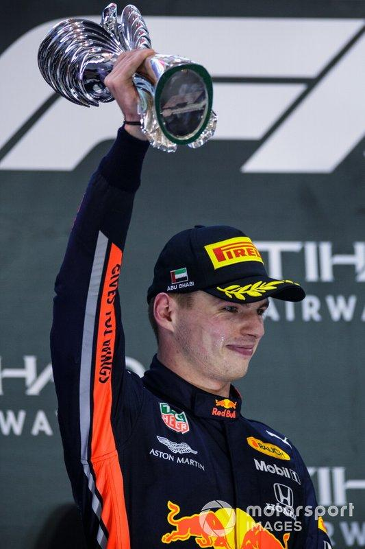 "Max Verstappen, Red Bull Racing, secondo classificato, con il trofeo <span class=""copyright"">Zak Mauger / Motorsport Images</span>"