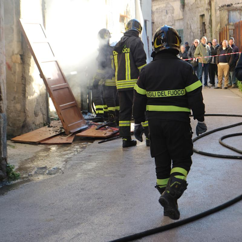 Vigili del fuoco al lavoro (Photo credit should read Salvatore Esposito / Barcroft Media via Getty Images)