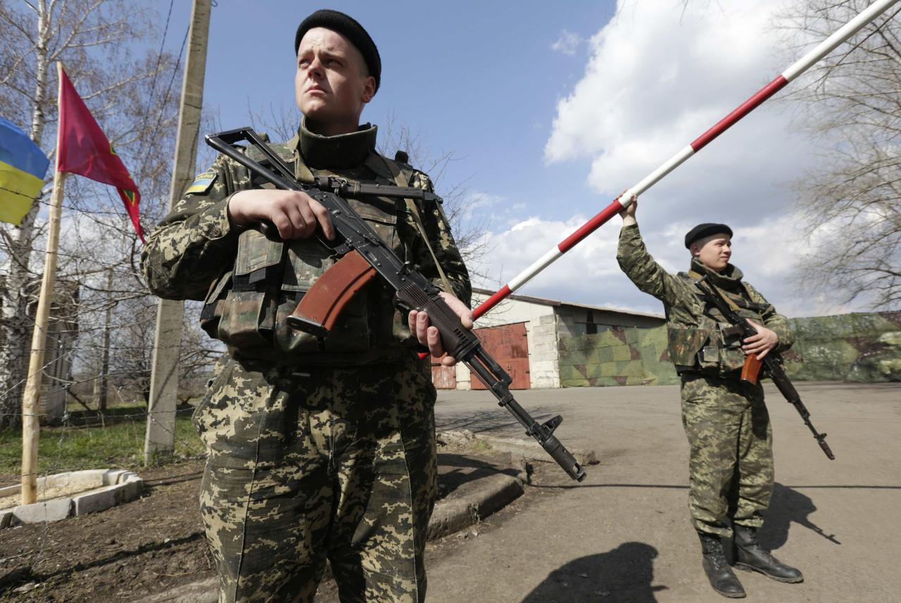 "Ukrainian border guards stand on guard at a base close to the Russian border near Donetsk April 15, 2014. Ukrainian armed forces on Tuesday launched a ""special operation"" against militiamen in the country's Russian speaking east, authorities said, recapturing a military airfield from pro-Moscow separatists. REUTERS/Konstantin Chernichkin (UKRAINE - Tags: POLITICS CIVIL UNREST TPX IMAGES OF THE DAY)"