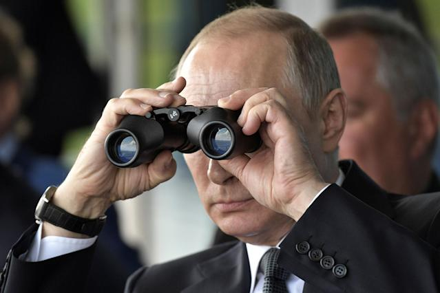 <p>Russian President Vladimir Putin uses a pair of binoculars as he watches a display during the MAKS 2017 air show in Zhukovsky, outside Moscow, Russia July 18, 2017. (Photo: Sputnik/Alexei Nikolsky/Kremlin via Reuters) </p>