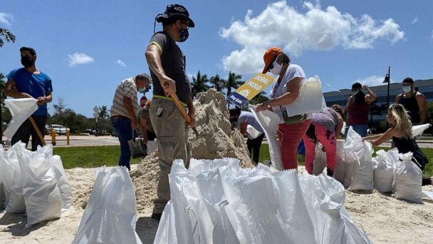 PHOTO: Residents fill and collect sand bags before the expected arrival of Hurricane Isaias in Doral, Fla., July 31, 2020. (Liza Feria/Reuters)