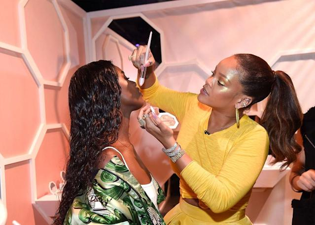 During Fenty Beauty's launch in Brooklyn, N.Y., Rihanna showed off her highlighting skills on model Leomie Anderson. (Photo: Getty Images)