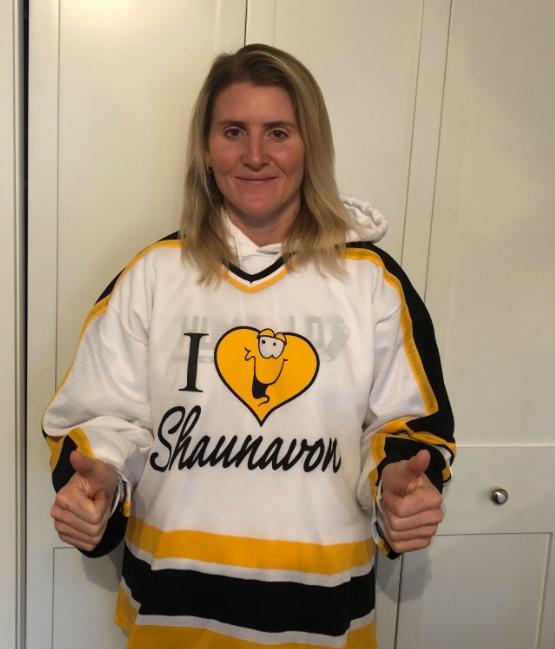 <p>Canadian hockey legend Hayley Wickenheiser wore one of her old jerseys to honour the Humboldt Broncos and the team's athletic therapist Dayna Brons.<br />(Photo: Twitter/wick_22) </p>