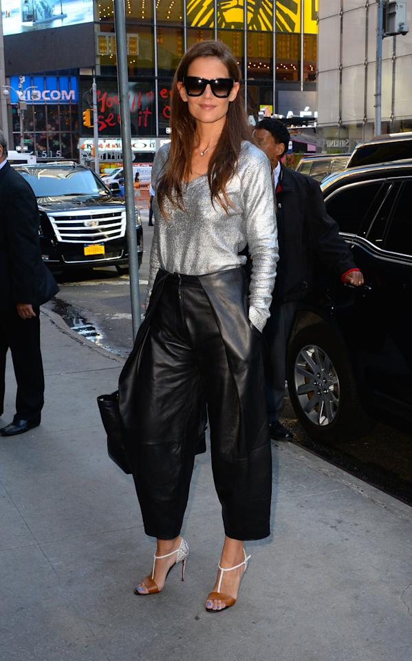 <p>The actress and fashionable mother of Suri Cruise proved that wearing leather culottes in the summer is so right.</p>
