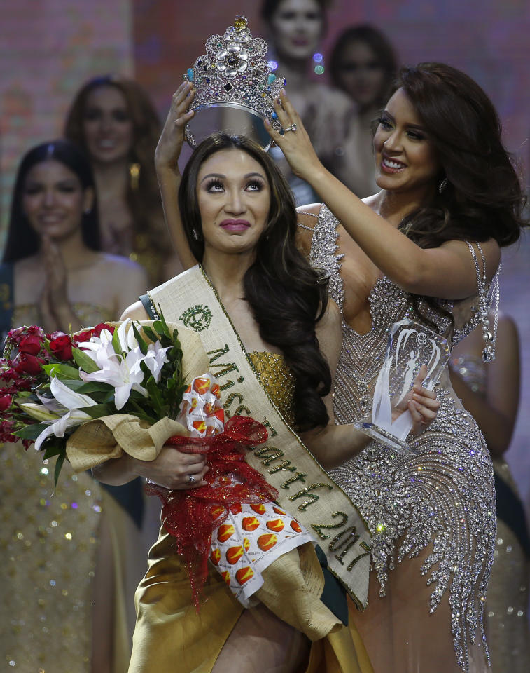 <p>Karen Ibasco of the Philippines being crowned the new Miss Earth 2017 (Photo: Associated Press) </p>