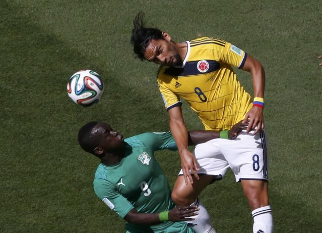 Ivory Coast's Cheick Tiote (L) fights for the ball with Colombia's Abel Aguilar during their 2014 World Cup Group C soccer match against Colombia at the Brasilia national stadium in Brasilia June 19, 2014. REUTERS/David Gray (BRAZIL - Tags: SOCCER SPORT WORLD CUP)