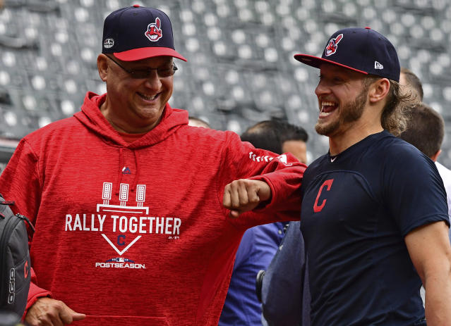 Wonder what Indians manager Terry Francona and Josh Donaldson are laughing about? (AP Foto/David Dermer)
