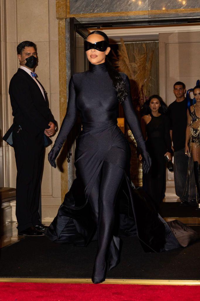 <p>The star removed her face covering, and instead covered just her eyes, to attend Justin Bieber's after party.</p>