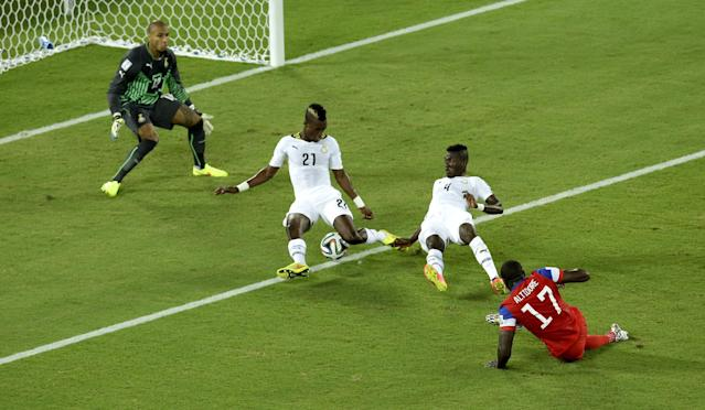 Ghana's John Boye, second left, blocks a shot by United States' Jozy Altidore, right, during the group G World Cup soccer match between Ghana and the United States at the Arena das Dunas in Natal, Brazil, Monday, June 16, 2014. (AP Photo/Hassan Ammar)