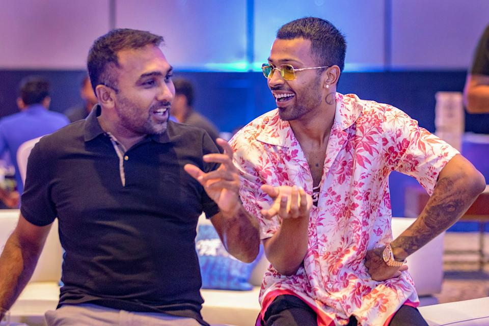 Head coach of MI, Mahela Jawayardene, is seen in a fun mood alongside Hardik Pandya.