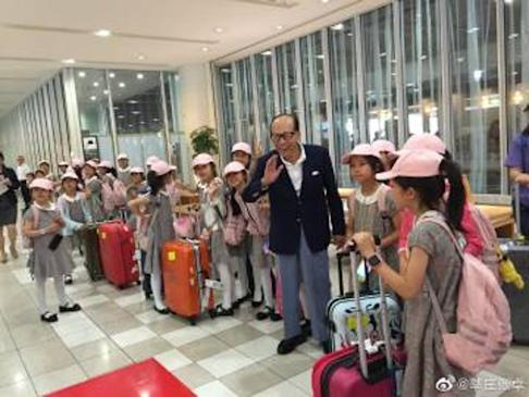 Li met the youngsters from the Little Pigeon Dancing Group in Hokkaido. Photo: Weibo