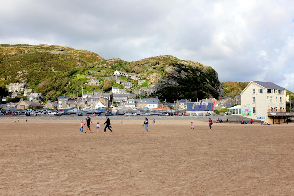 Barmouth, Wales, UK. August 05, 2017.  The town taken from the beach with families of holidaymakers enjoying a August day at Barmouth in Wales.