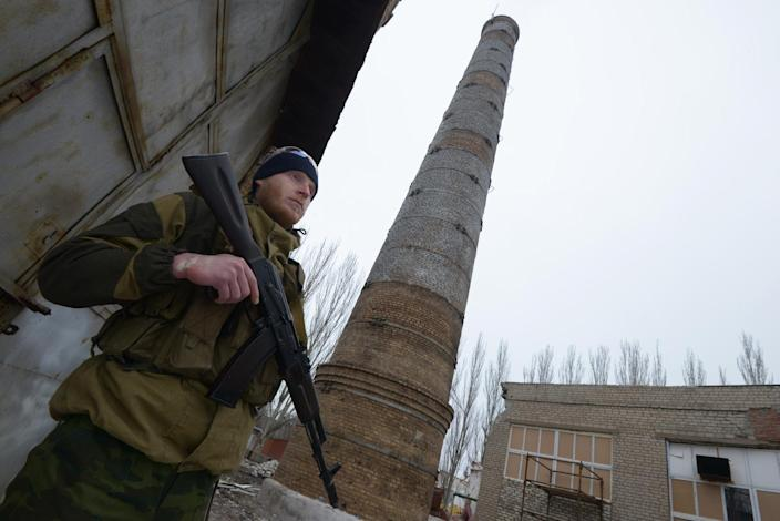 A pro-Russian separatist soldier patrols at a factory in Enakieve, 25 kilometers from the eastern Ukrainian city of Debaltseve, on January 29, 2015 (AFP Photo/Dominique Faget)