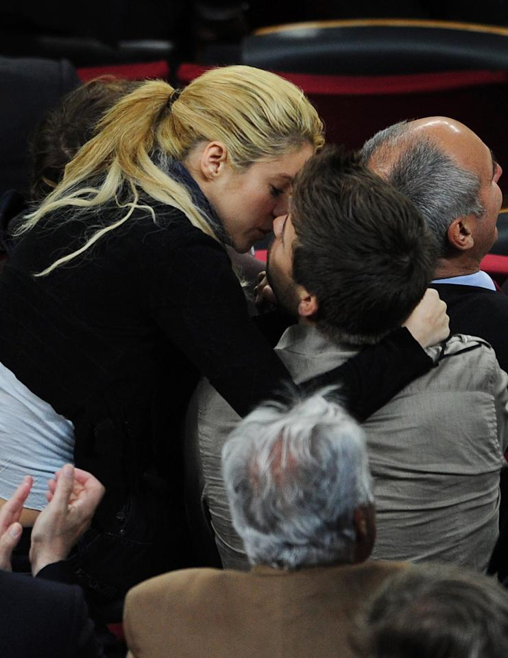 BARCELONA, SPAIN - APRIL 23:  Colombian singer Shakira kisses Barcelona player Gerard Pique during the la Liga match between Barcelona and Osasuna at the Camp Nou stadium on April 23, 2011 in Barcelona, Spain.  (Photo by Jasper Juinen/Getty Images)