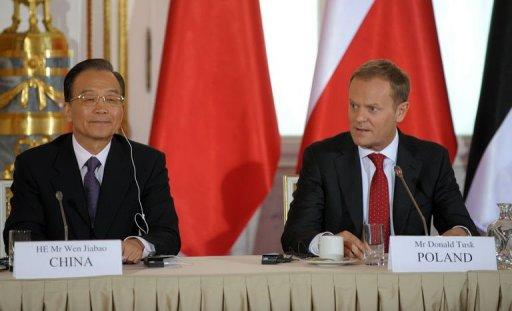 Chinese Prime Minister Wen Jiabao (L) and his Polish counterpart Donald Tusk