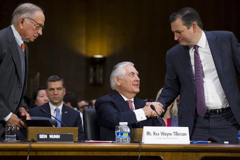 Former ExxonMobil executive Rex Tillerson shakes hands with US Senator Ted Cruz (R) of Texas during his confirmation hearing for Secretary of State on January 11, 2017 (AFP Photo/SAUL LOEB)