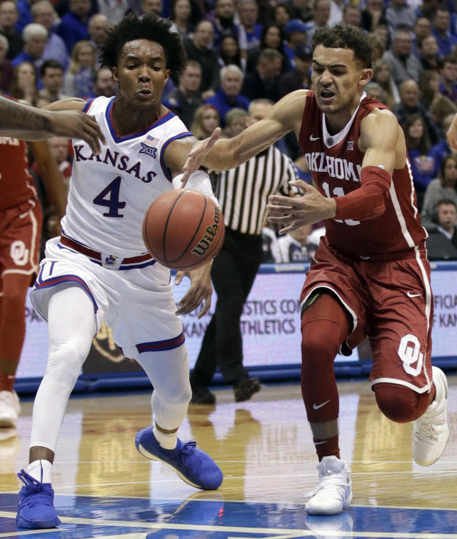 "Kansas guard <a class=""link rapid-noclick-resp"" href=""/ncaab/players/126200/"" data-ylk=""slk:Devonte' Graham"">Devonte' Graham</a> scored 23 points as Kansas blew out Oklahoma. (AP Photo/Orlin Wagner)"