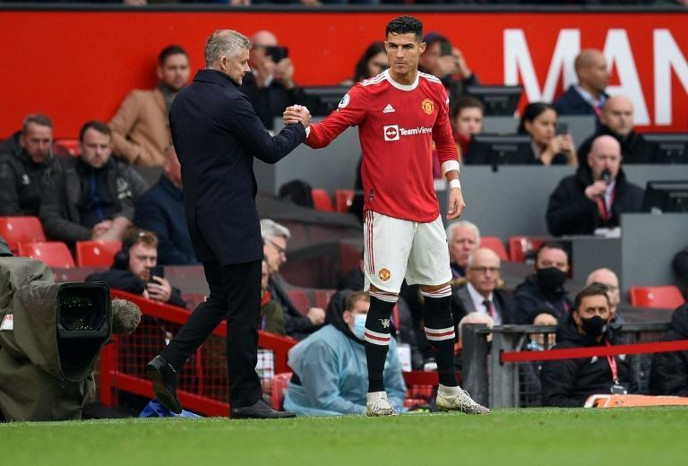Ole Gunnar Solskjaer (left) started Cristiano Ronaldo (right) on the bench for Manchester United's 1-1 draw with Everton (AFP/Oli SCARFF)
