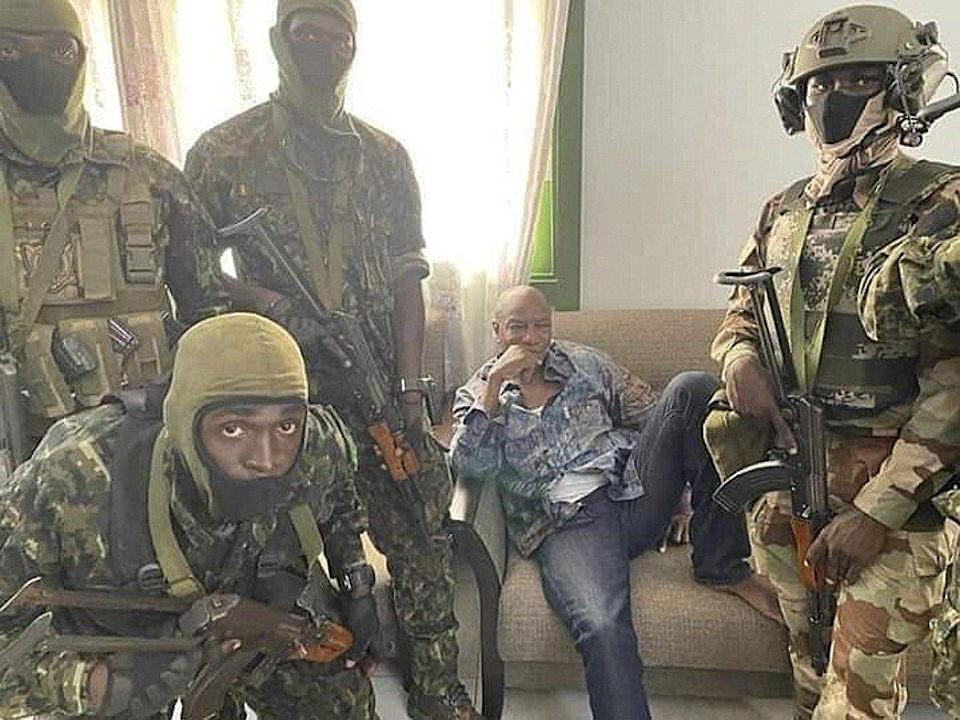Alpha Condé, president of the Republic of Guinea (centre), is detained by army special forces in Conakry. Photo: EPA-EFE