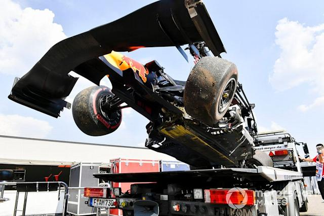 "El coche dañado de Pierre Gasly, Red Bull Racing RB15, es levantado por una grúa <span class=""copyright"">Mark Sutton / Motorsport Images</span>"