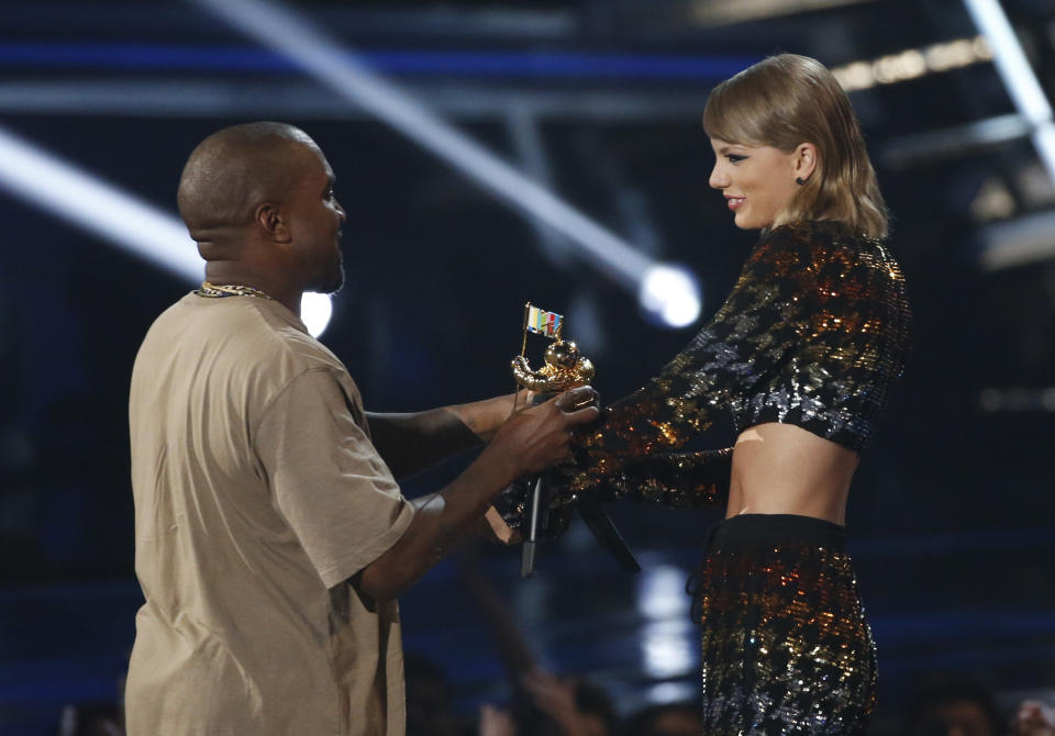 Taylor Swift presents the Video Vanguard Award to Kanye West at the 2015 MTV Video Music Awards in Los Angeles, California, August 30, 2015.   REUTERS/Mario Anzuoni (TPX IMAGES OF THE DAY)
