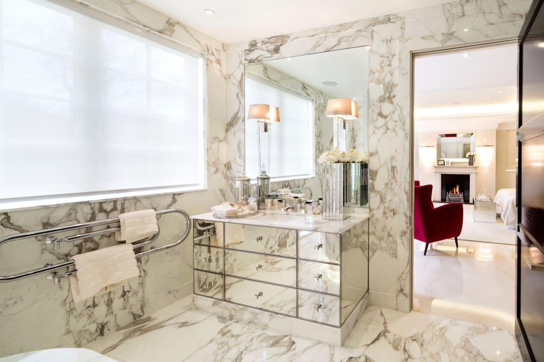 <p>If we told you that razor blades can be dulled, just by being kept in a humid room, you'd never stash them in your bathroom again, would you? Well, they can! They can even rust, before you've ever used them and that's a health hazard just waiting to happen!</p>  Credits: homify / Celia Sawyer Luxury Interiors