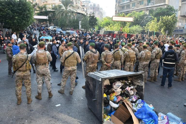 Lebanese army soldiers stand guard during a protest by supporters of outgoing Lebanese premier Saad Hariri in Beirut (AFP Photo/-)