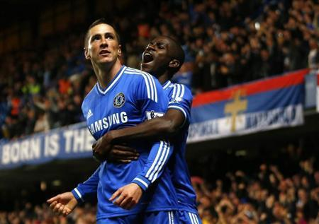 Chelsea's Fernando Torres (L) celebrates with team mate Ramires after scoring a goal against Manchester City during their English Premier League soccer match at Stamford Bridge in London October 27, 2013. REUTERS/Eddie Keogh