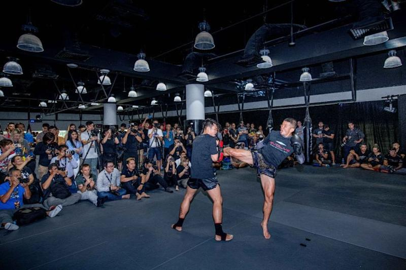 Nong-O-Gaiyanghadao-at-ONE-EDGE-OF-GREATNESS-open-workout-CCC_6058.jpg