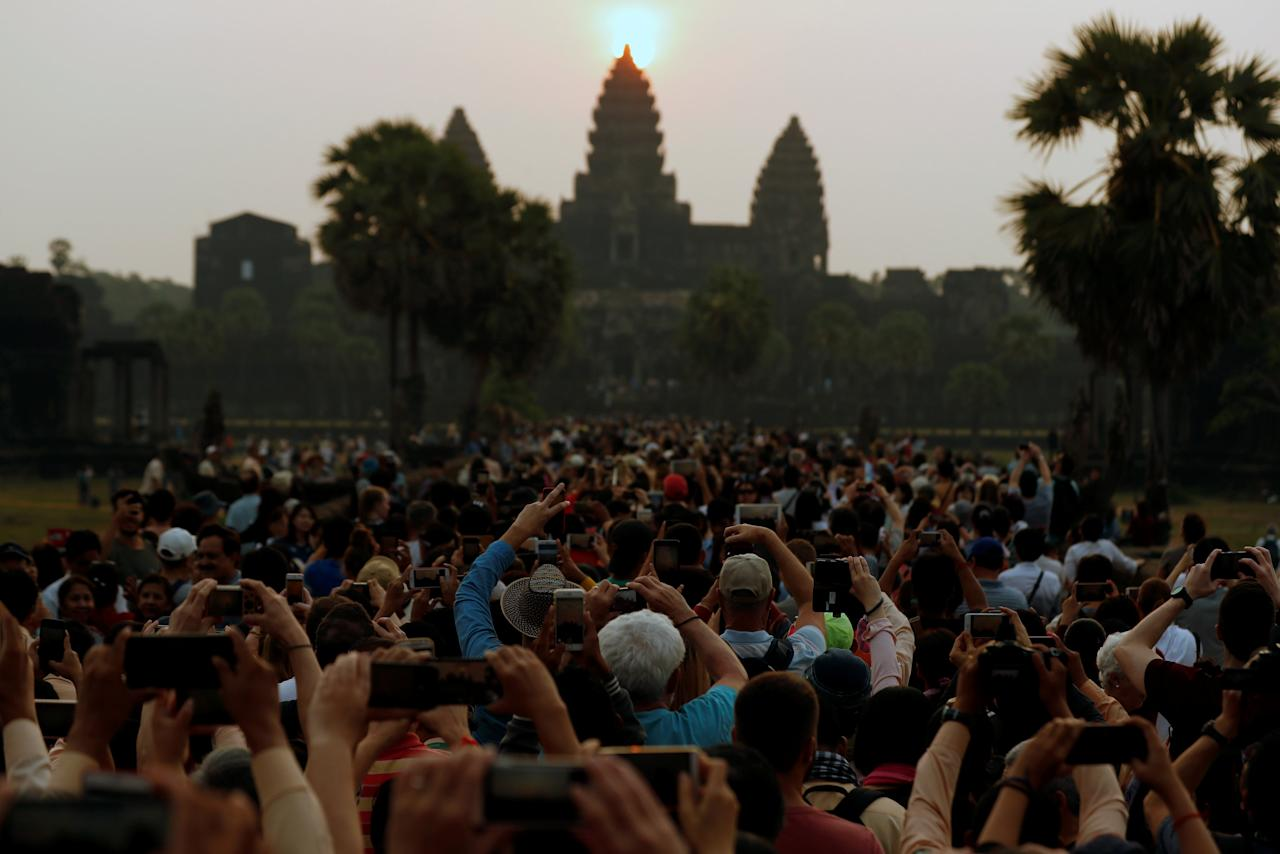 Tourists flock at sunrise to Angkor Wat temple in Siem Reap province, Cambodia March 22, 2018. REUTERS/Stringer NO RESALES. NO ARCHIVES.