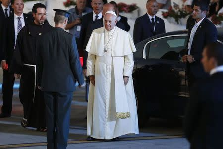 Pope Francis attends a departure ceremony at Tel Aviv's Ben Gurion Airport, May 26, 2014. REUTERS/Finbarr O'Reilly