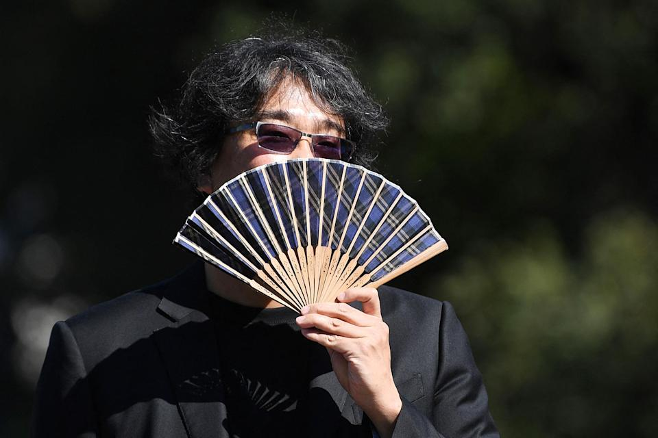 <p>Jury President Bong Joon-ho arrived at the festival on Sept. 1, keeping cool with a fan. </p>