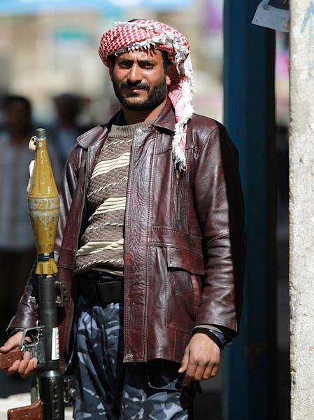 A member of the Shiite Huthi movement mans a checkpoint near the presidential palace in the capital, Sanaa, on January 21, 2015 (AFP Photo/Mohammed Huwais)