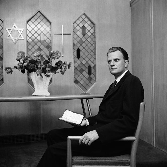<p>Billy Graham meditates in the chapel in the New York Hotel for Guidance on Oct. 25, 1957. (Photo: AP) </p>