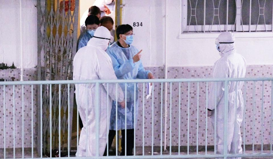 Infectious disease expert Professor Yuen Kwok-yung (in blue) inspects Ming Lai House in Choi Wan Estate. Photo: Edmond So