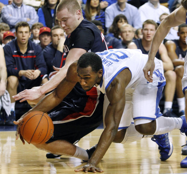 Kentucky's Dominique Hawkins (25), right, goes after a loose ball next to Belmont's Craig Bradshaw during the first half of an NCAA college basketball game, Saturday, Dec. 21, 2013, in Lexington, Ky. (AP Photo/James Crisp)