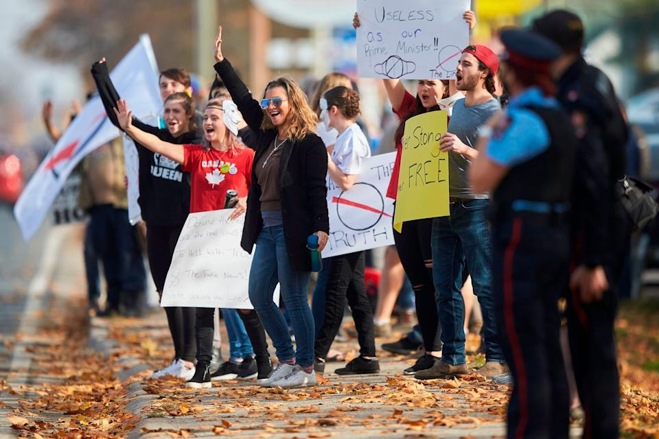 Anti-mask protesters march outside the community centre in Aylmer, Ont., on Nov. 7. (Photo: GEOFF ROBINS via Getty Images)